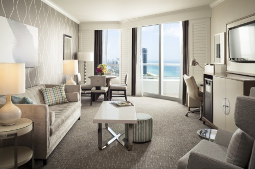 https://suiteness.imgix.net/destinations/miami/fontainebleau-miami-beach/suites/tr-sor-ocean-view-one-bedroom-suite-tr-sor-ocean-view-junior-suite/living- room.jpg? w = 96px & h = 64px y cultivos = bordes y auto = compresa, formato