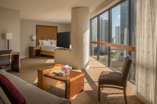 https://suiteness.imgix.net/destinations/miami/hyatt-regency-miami/suites/panorama-suite-one-king-bed-standard-king-room/bedroom-area.jpg?w=96px&h=64px&crop= bordes y auto = compresa, formato