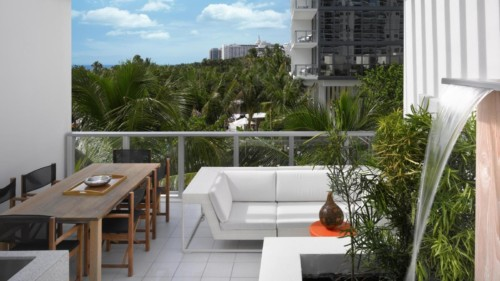 https://suiteness.imgix.net/destinations/miami/w-south-beach/suites/bungalow/w-southbeach-bungalow-balcony.jpg?w=96px&h=64px&crop=edges&auto=compress,format