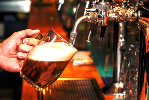https://suiteness.imgix.net/destinations/orlando/bigstock-pouring-beer-99256280.jpg?mono=33EBC862&blend=2A303F&shad=90&gam=20&auto=format,compress