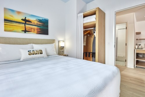 https://suiteness.imgix.net/destinations/orlando/universals-endless-summer-resort-dockside-inn-and-suites/suites/2-bedroom-suite/bedroom.jpg?w=96px&h=64px&crop=edges&auto=compress,format